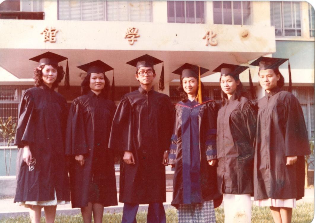 1980與第一屆畢業生合影.jpg