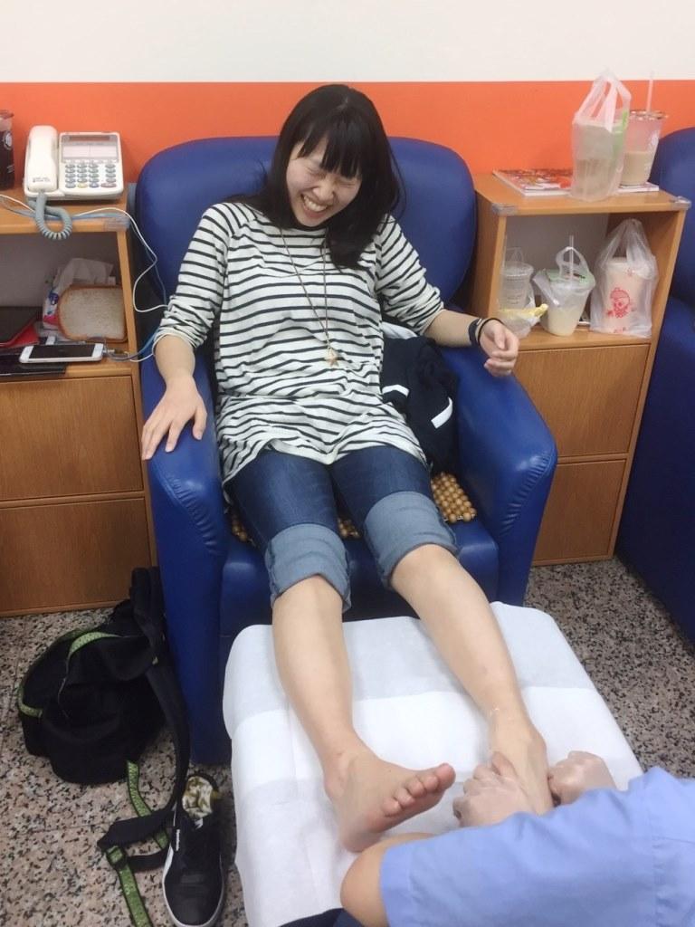通稿照片09-新潟大學的小林古都子體驗痛得要升天卻又渾身舒暢的「腳底按摩」.jpg