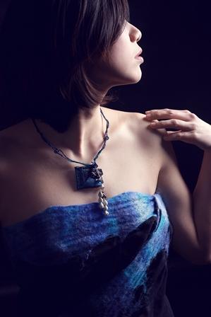 S-孫家媛-穿戴自己創作的項鍊與服飾,進行拍攝,為自己代言.jpg