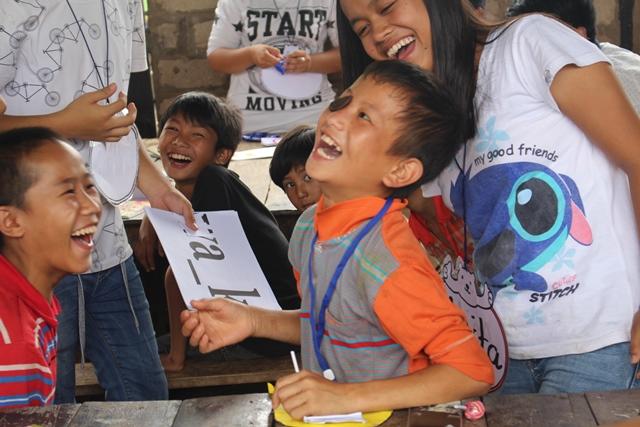S-院童們開心的參與學生們準備的有趣英文活動.jpg