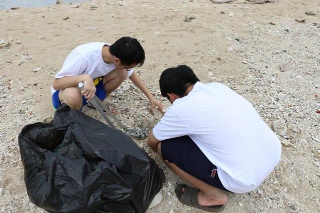 通稿照片03_清明節連假期間的小琉球淨灘活動利用一週的校外學習週時間勇進了大量的觀光客.JPG