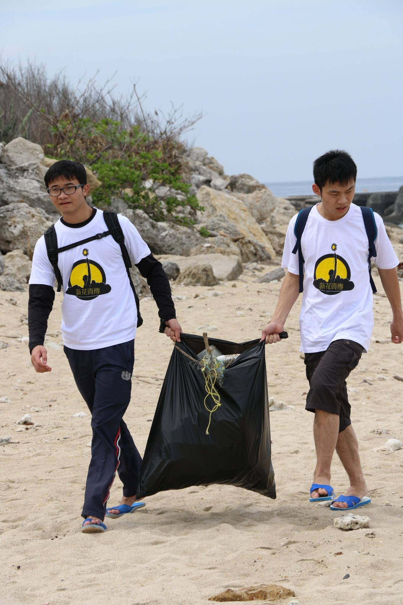 通稿照片06_中原大學號召17位同學一起用三天的時間沿著小琉球的海岸線進行淨灘.JPG