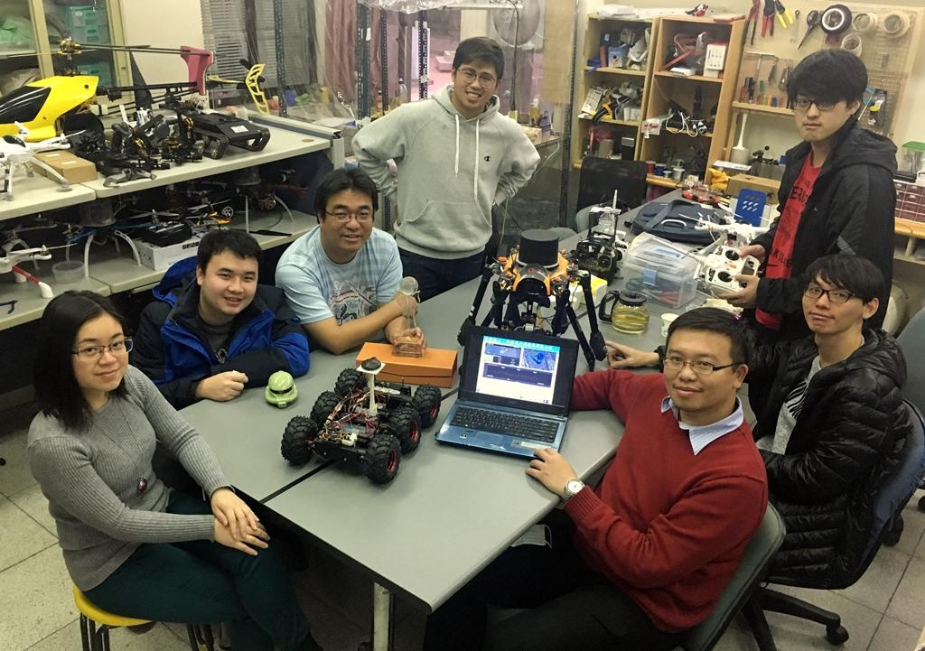 07-郭鎮銘教授(圖左三)與林柏廷教授(圖右三)自行開發無人機系統、遙控設備與影像分析軟體,得到科技部創業大獎肯定.jpg