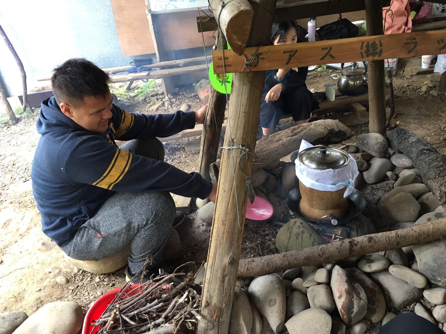 通稿照片-原專班學生與耆老們在中原校區內的部落學習傳統營區生火煮食白米飯.jpg