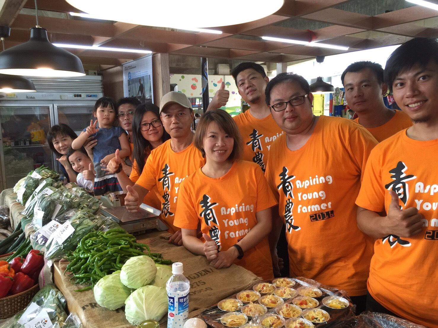 通稿照片-活動邀請青農江俊鴻使用經過有機認證的蔬果,示範如何料理有機料理套餐,讓民眾一起來品嚐最安心、健康的有機蔬菜,展現出「健康_農」元素.jpg