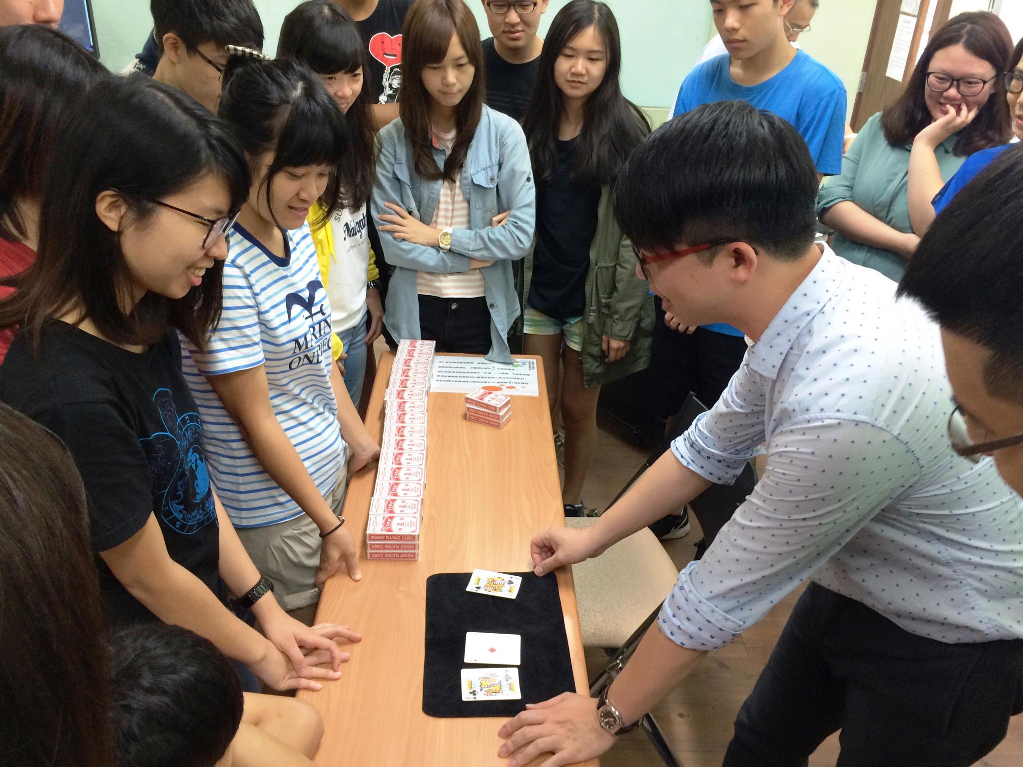 通稿照片4-「數學魔法師」莊惟棟老師快速的魔術手法,讓現場師生嘖嘖稱奇。.JPG