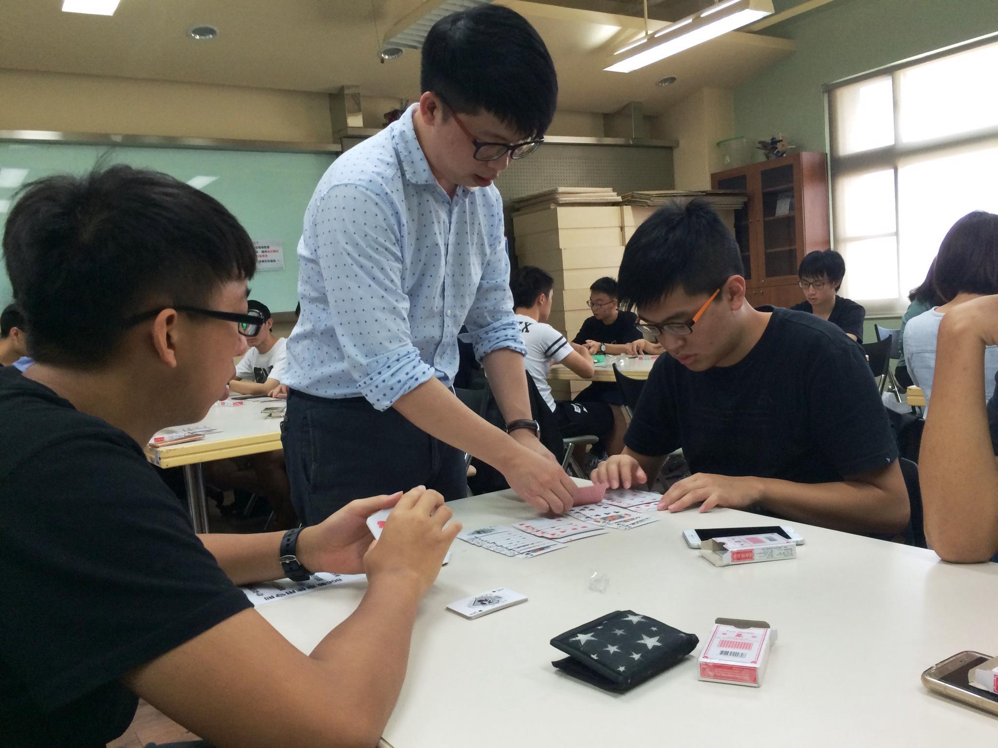 通稿照片5-「數學魔法師」莊惟棟老師帶領學生進行抽換紙牌魔術遊戲。.JPG