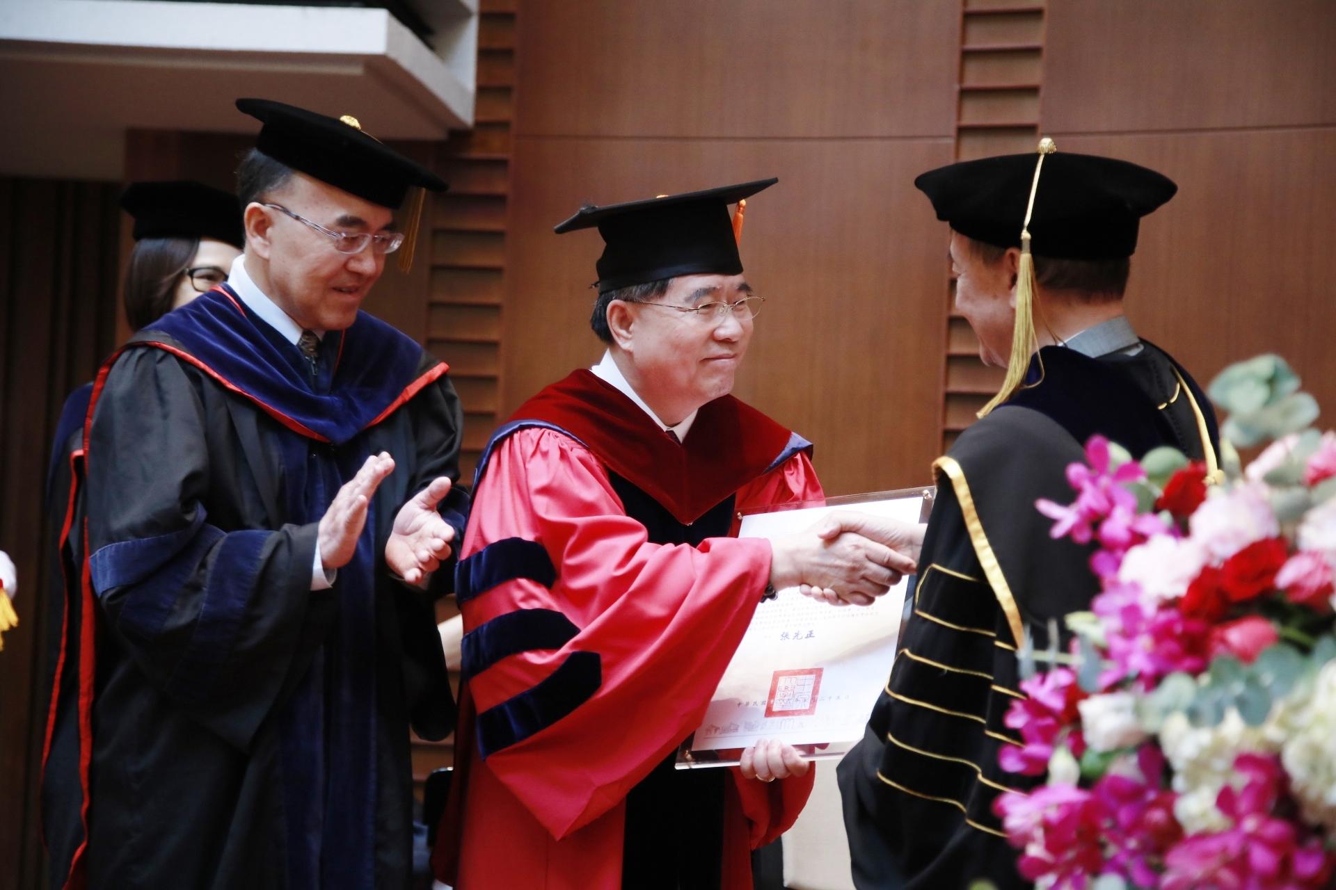 1060525-校友邱秋林獲頒名譽博士_170525_0006.jpg