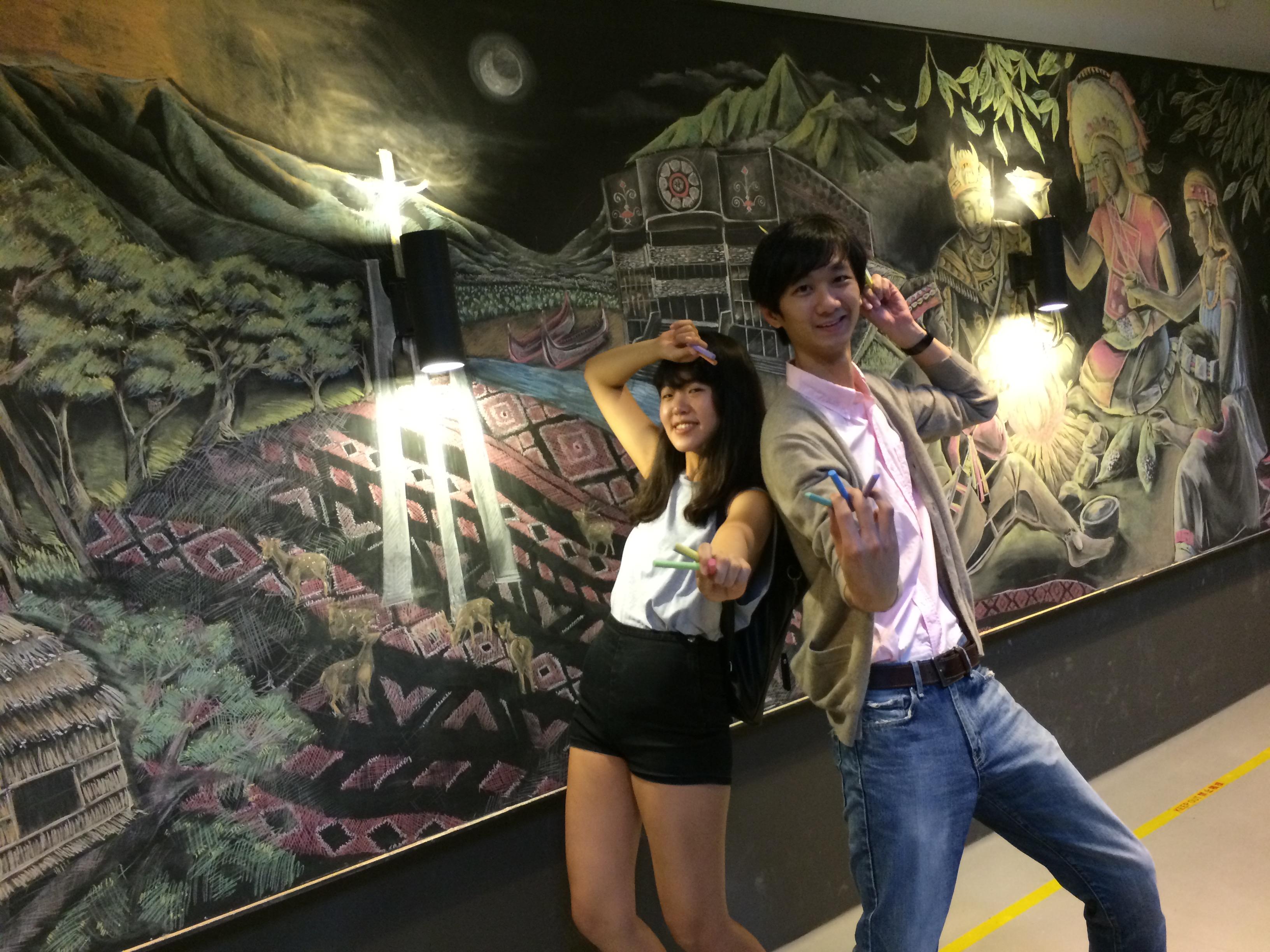 通稿照片2-中原大學商設系三年級學生王彤(左)運用色彩元素打造部落風黑板畫。.JPG