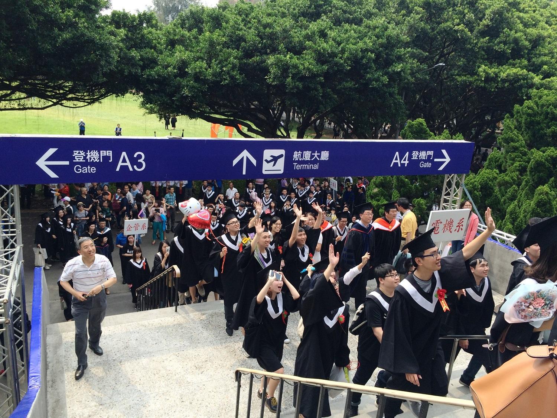通稿照片6-中原大學畢業典禮變身為「中原航廈」,象徵畢業生出境之後即將踏入未來人生旅程。.jpg