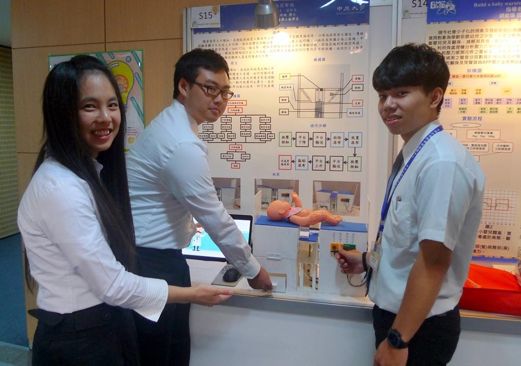醫工系鄒佳格等三位同學發想的「半自動換尿布機」讓病患更換尿布時更省時省力.JPG