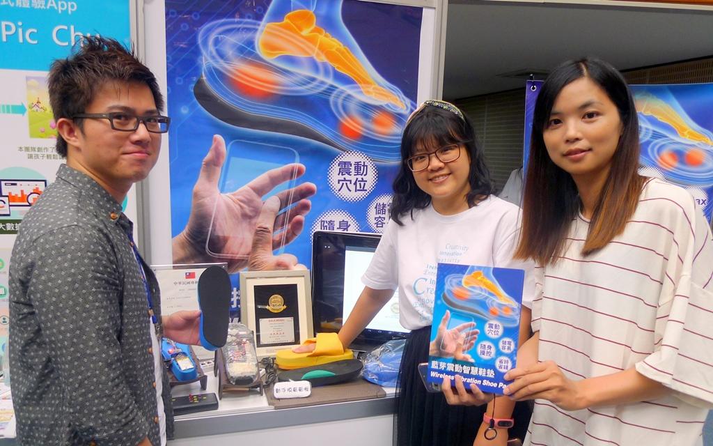企業管理所一年級李家弦同學發明的「足底按摩智慧鞋墊」得到2016年美國匹茲堡發明展金牌獎.JPG