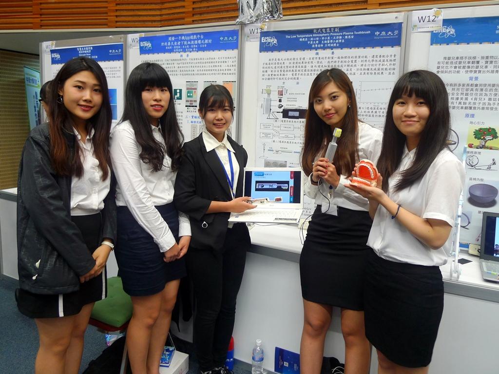 通稿照片02-中原大學醫學工程系五位學生研發不必用水跟牙膏也可清潔牙齒的「電漿牙刷」.JPG