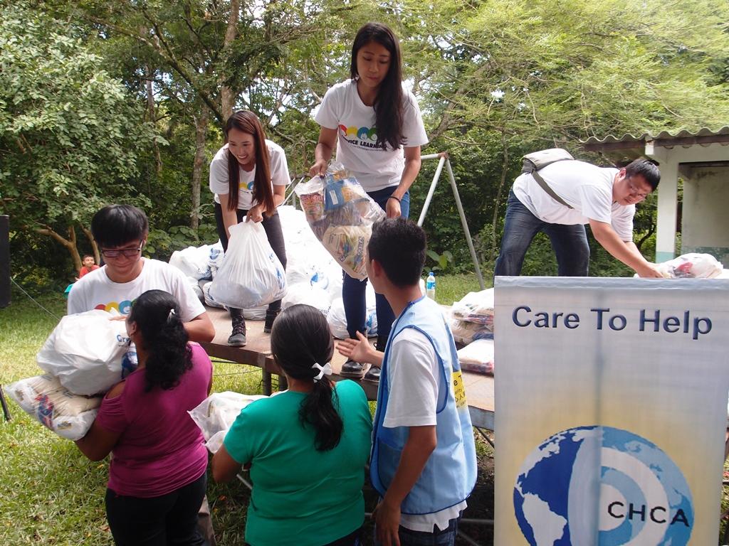 通稿照片08-中原大學薩爾瓦多海外志工在當地協助物資發放關懷行動.JPG