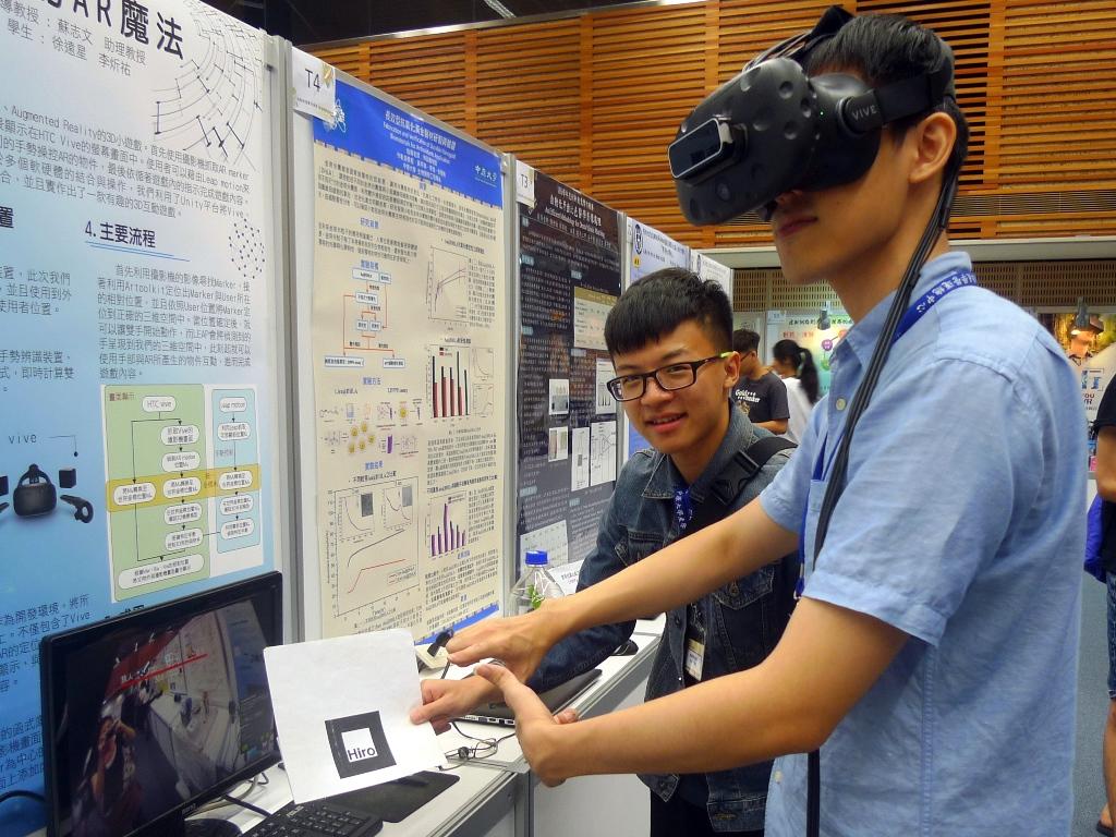 中原大學資訊工程系徐遠星與李炘祐開發的「指尖AR魔法」讓參與者體驗利用AR裝置與手勢操控互動遊戲.JPG