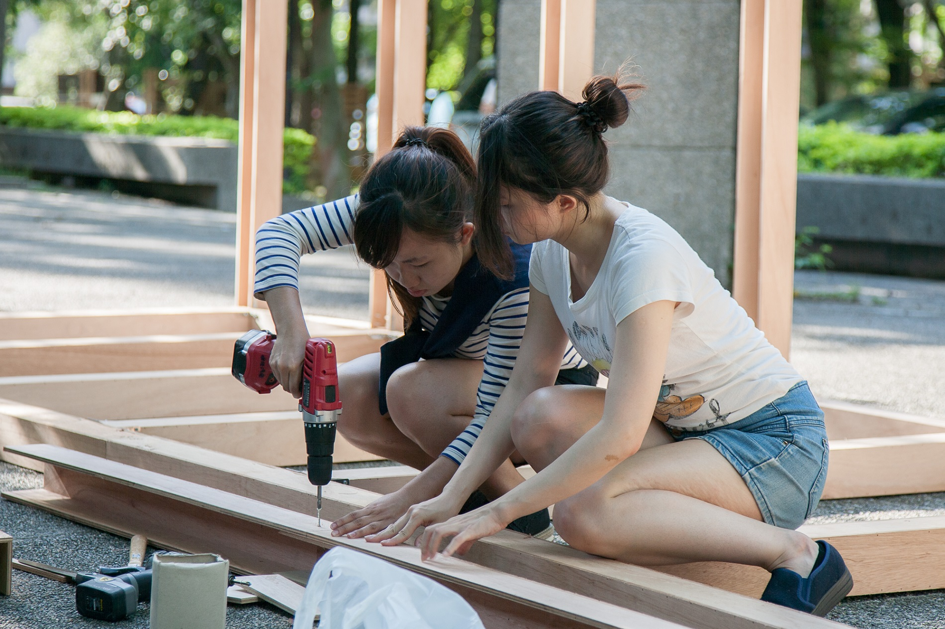 通稿照片8-製作過程中,學生從不熟悉電鋸、釘槍操作,到可以精準的切割、組裝每一塊木板。.jpg