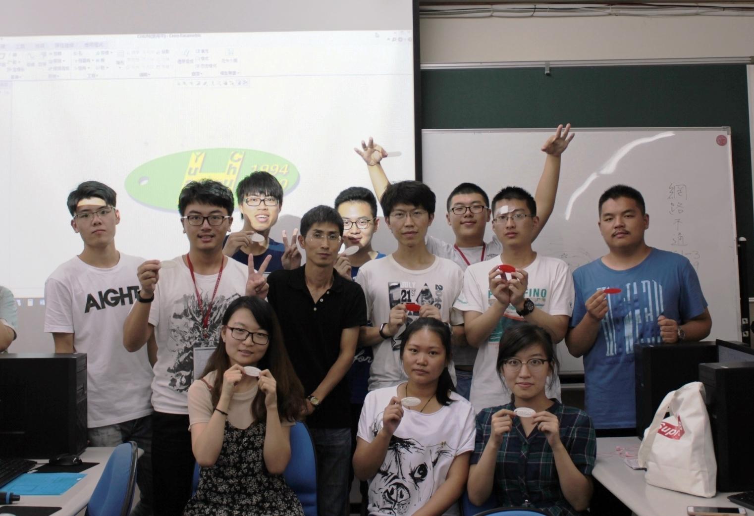 通稿照片06-3D列印課程讓學員可以自己繪圖設計的吊牌列印出來.jpg