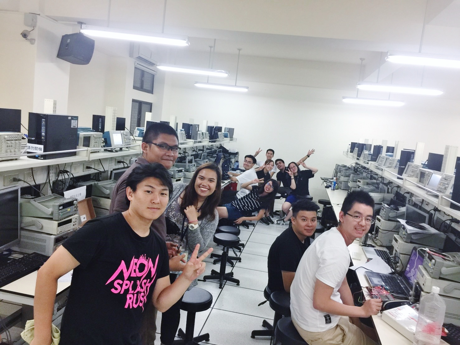 通稿照片7-中原電機的國際營隊不再只是體驗文化國情與參訪,還匯聚了跨國間的專業領域研習交流。晚上十點熱情的團員成員合作無間.jpg