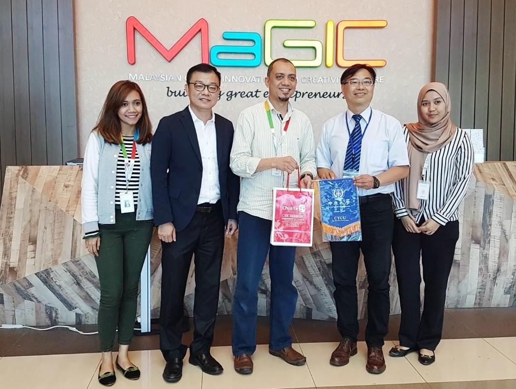通稿照片2中原大學首度帶領海外見習團隊至馬來西亞,拜訪馬來西亞全球創新和創意中心MaGIC-左2全球中原大學校友總會副會長方俊能,左4中原大學產業學院推動中心執行長皮世明.jpg