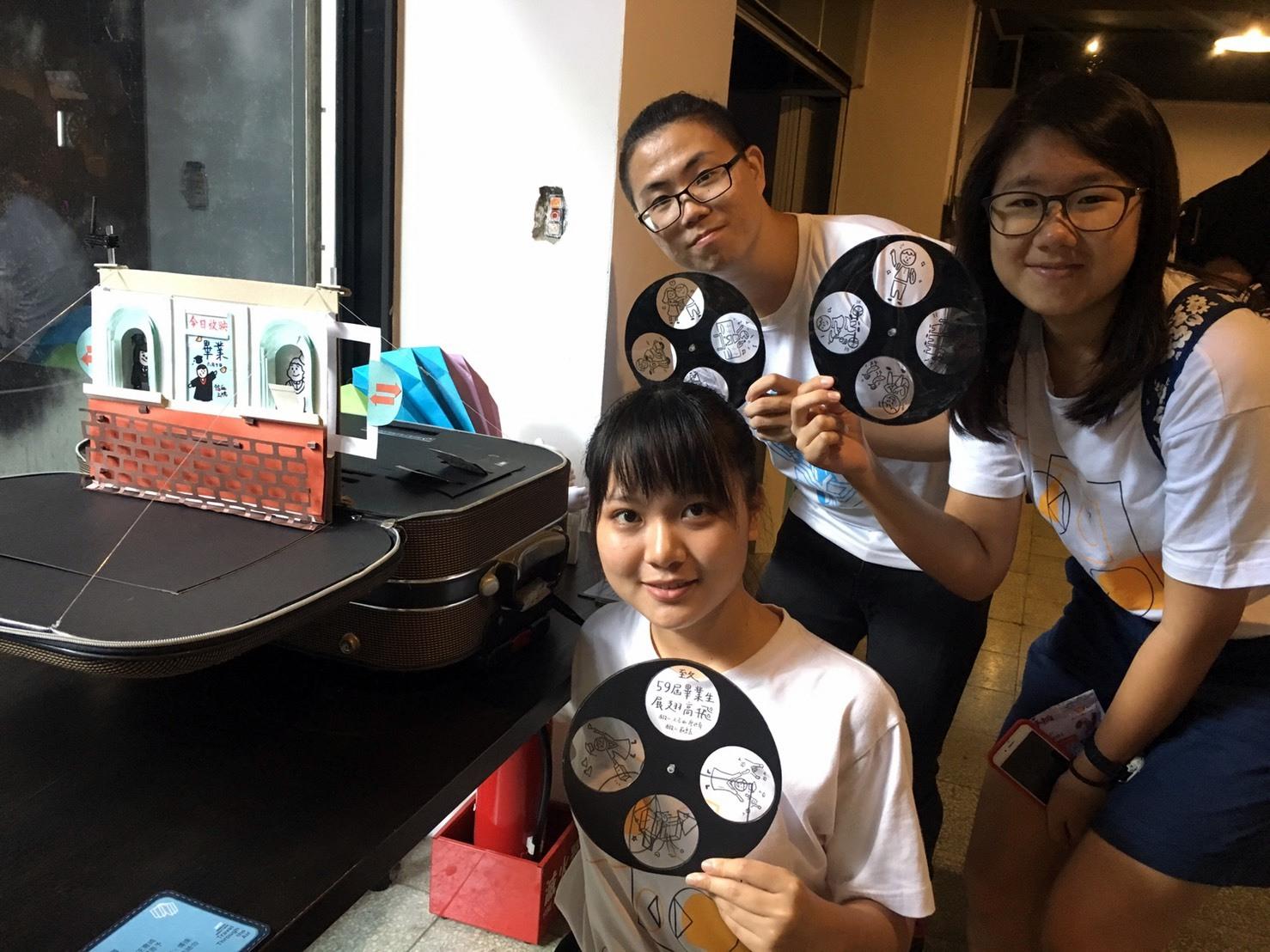 通稿照片02_創作「回憶大戲院」的三位同學用作品各種互動細節吸引參觀者目光.jpg