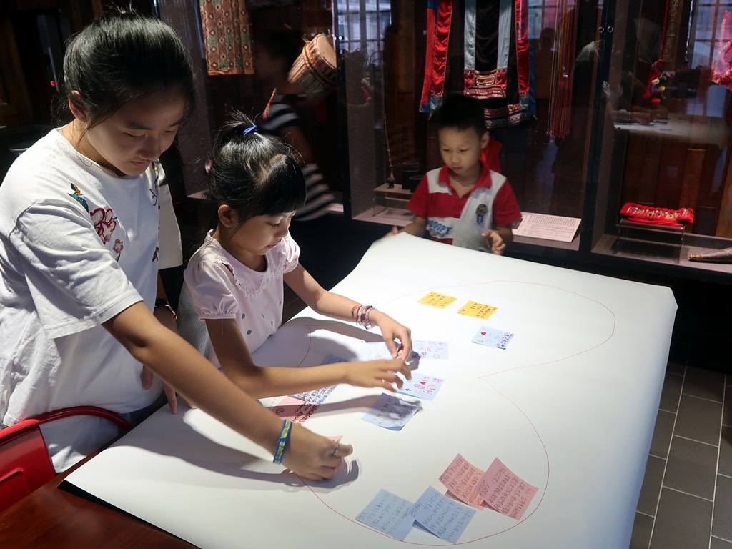 通稿照片04-參加「面對緬,心甸心」分享活動的小學生一起將想對緬甸朋友們說的話貼在紙上.JPG