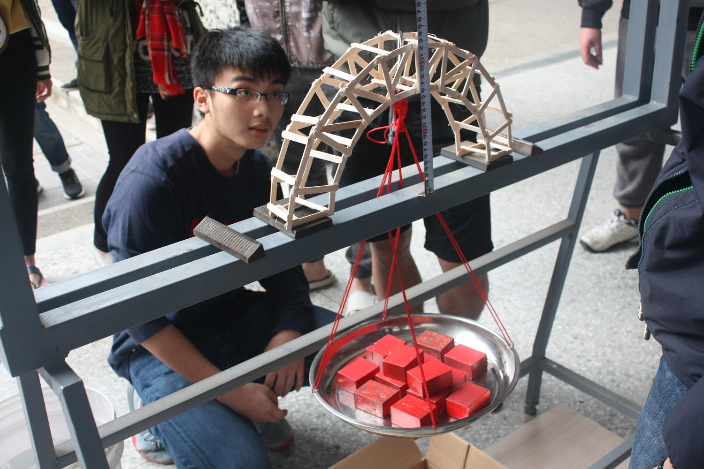 通稿照片-中原土木工程學系必修課應用力學木橋設計大賽-利用50根冰棍棒設計出跨距至少為30公分,高度至少為4公分,承重至少2公斤的橋梁.jpg