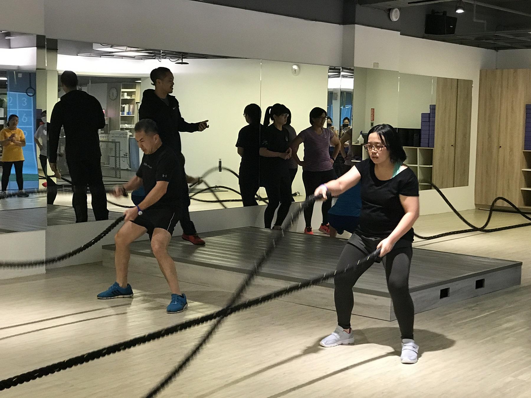 通稿照片5-中原大學也與校外健身房合作,安排專業教練指導戰繩、美式肌力訓練等課程,強化肌力並雕塑體態.JPG