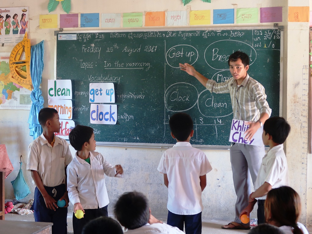 通稿照片07-中原志工協助柬埔寨當地的青年教師進行教案實習.JPG
