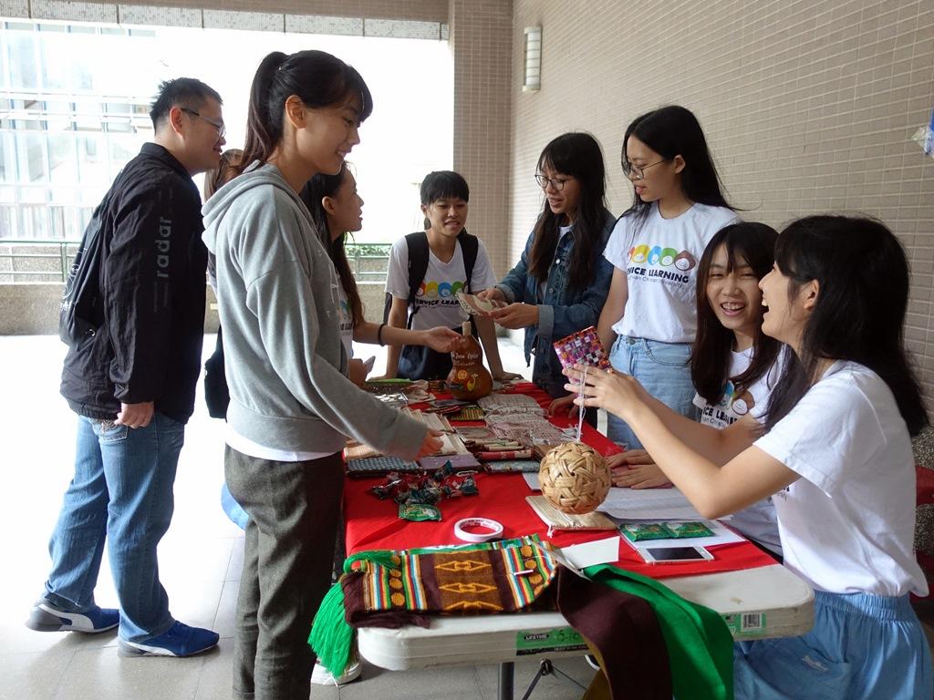 通稿照片05-中原大學海外志工校內義賣活動熱鬧有趣.JPG