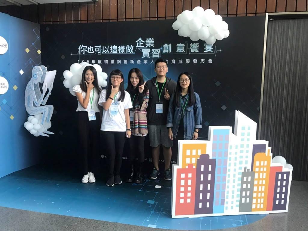 通稿照片10-資管系學生陳怡蓁等5人在實習過程中也得到企業應用的概念.jpg