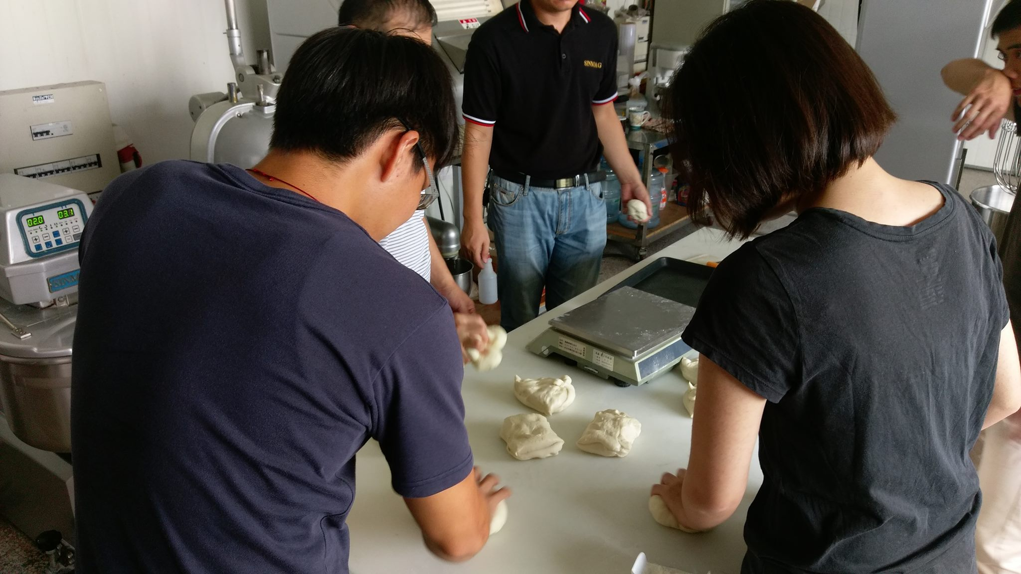 給大紀元-國貿系盧宏昱參與江蘇無錫新麥機械公司海外實習體驗麵包製作過程01.jpg