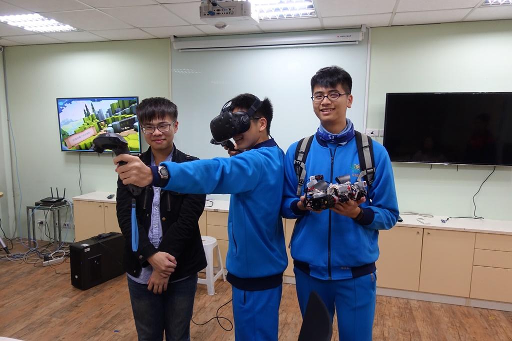 通稿照片08-資訊管理系帶領高中生體驗HTCVive虛擬實境.JPG