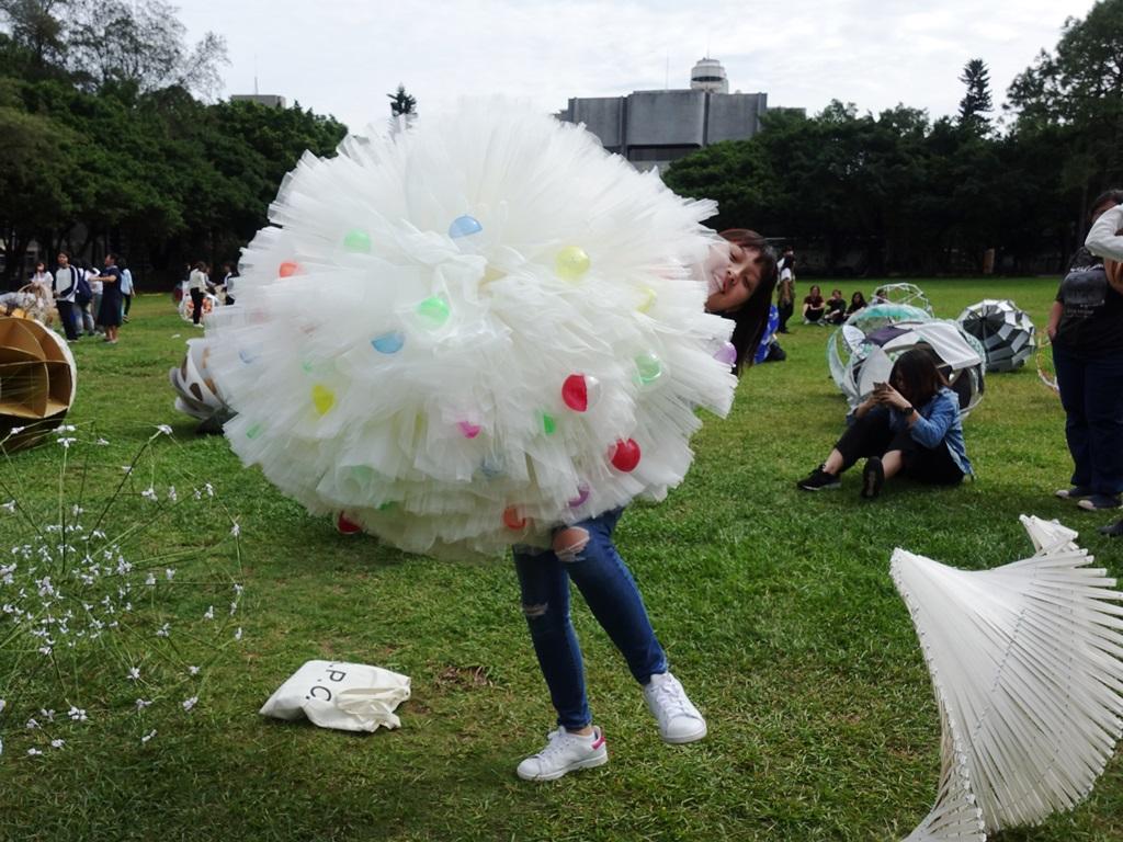 通稿照片-蔡光瑜的作品「石榴」宛如白色婚禮蓬裙.JPG