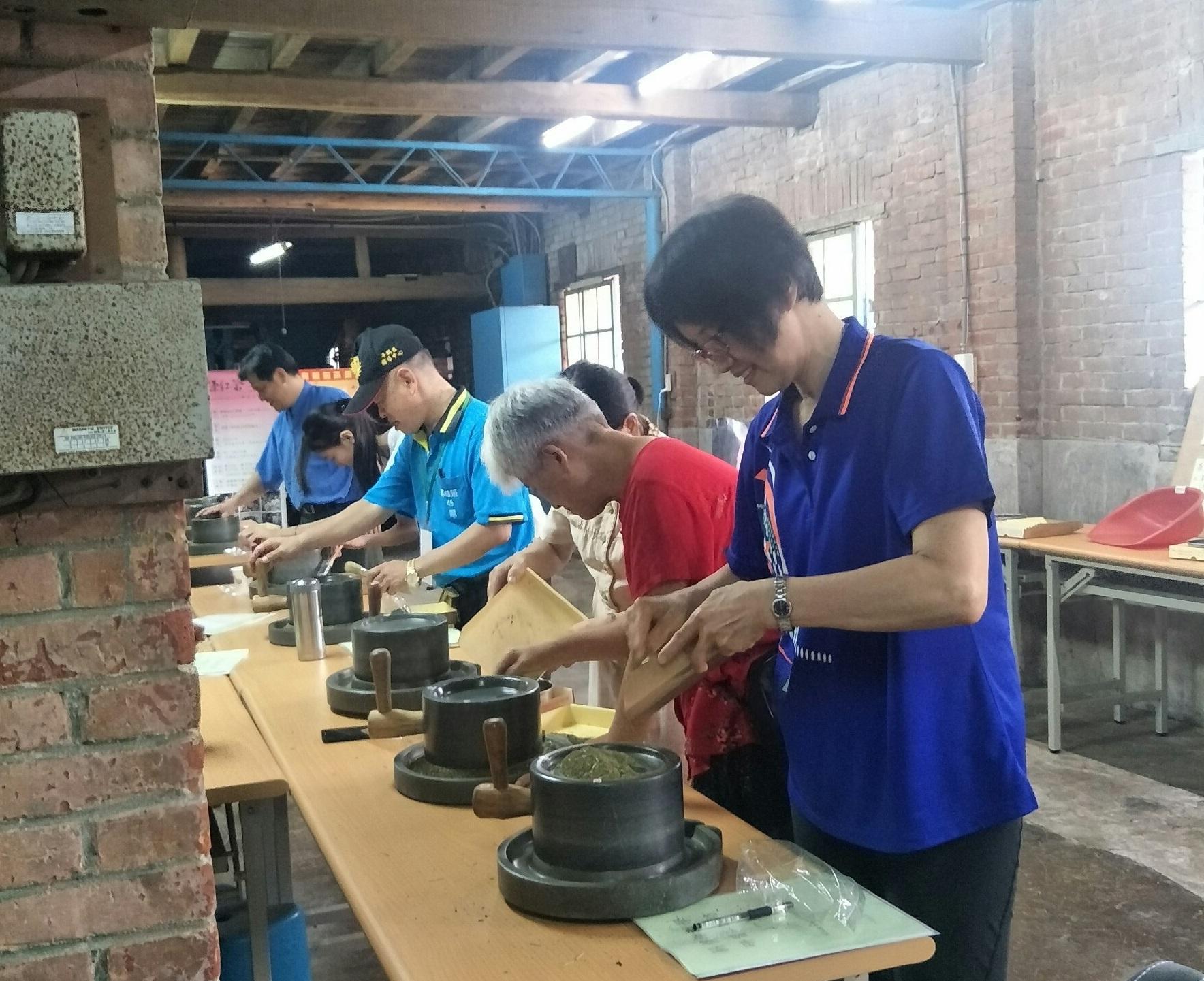 通稿照片3-具有百年歷史的龍潭福源茶廠,薪傳師們透過實作體驗,感受深刻的客家茶文化。.jpg