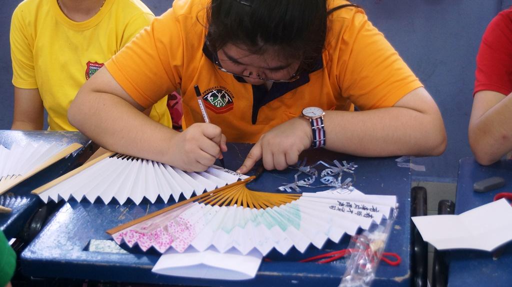通稿照片07-中原大學的學生規劃傳統摺扇繪製創作讓汶萊馬來奕中華中學孩子們體驗.JPG