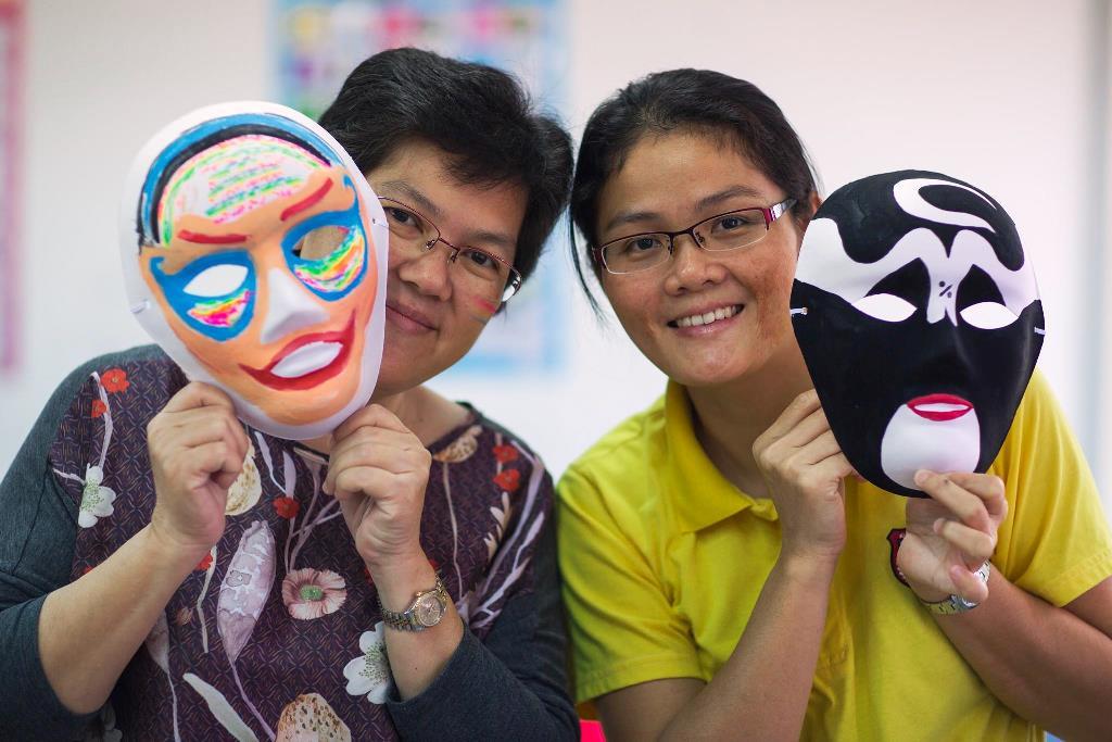 通稿照片03-國劇臉譜的繪製活動也讓華校教師十分投入參與.jpg