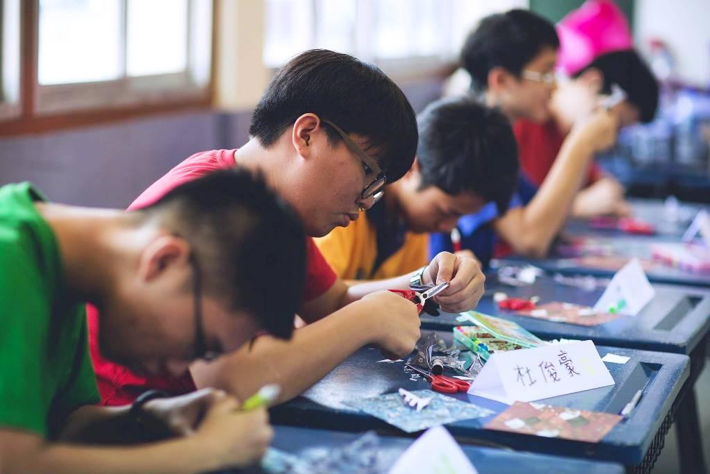 通稿照片04-中原大學帶領汶萊華校中學的學生一起體驗剪紙藝術.jpg
