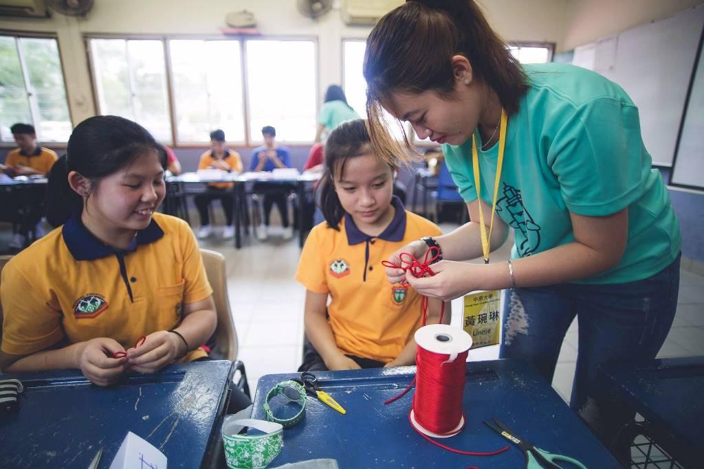 通稿照片06-手編中國結課程也讓參與的汶萊學生覺得非常新奇.jpg