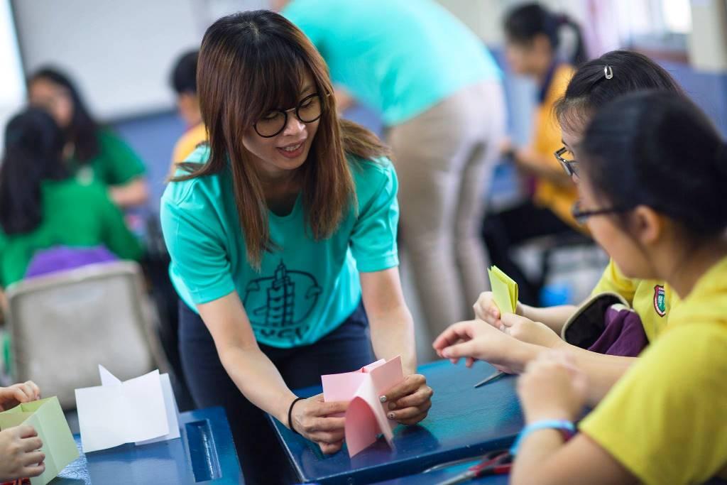 通稿照片05-中原大學學生指導馬來奕中華中學的孩子們如何用一張紙完成一本繪本.jpg