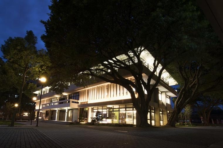 通稿照片-國際照明大師袁宗南透過以人為本的設計燈光美學,以節能減碳的照明設計來達到夜間照明需求,並應用燈光呈現中原的建築及校園景致.jpg