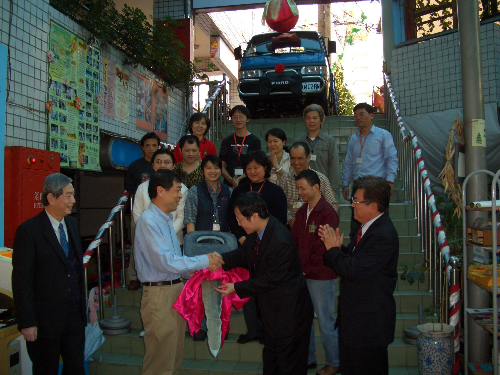 受到秦老師感動 木匠的家獲捐贈一台貨車.jpg