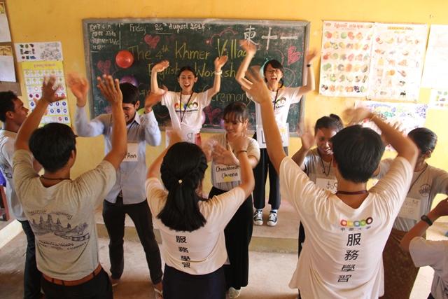 通稿照片03-為了讓柬埔寨當地孩童獲得英文教育,中原大學每年暑假都有一批志工前往當地偏鄉進行青年教師培訓活動.jpg