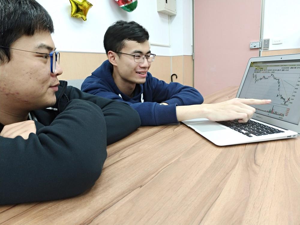 通稿照片-擔任中原團隊統籌角色的財金系碩一生廖芳毅(右)藉由課餘的時間討論選擇出合適的策略,再藉由權證的靈活操作,將獲利放到最大.jpg