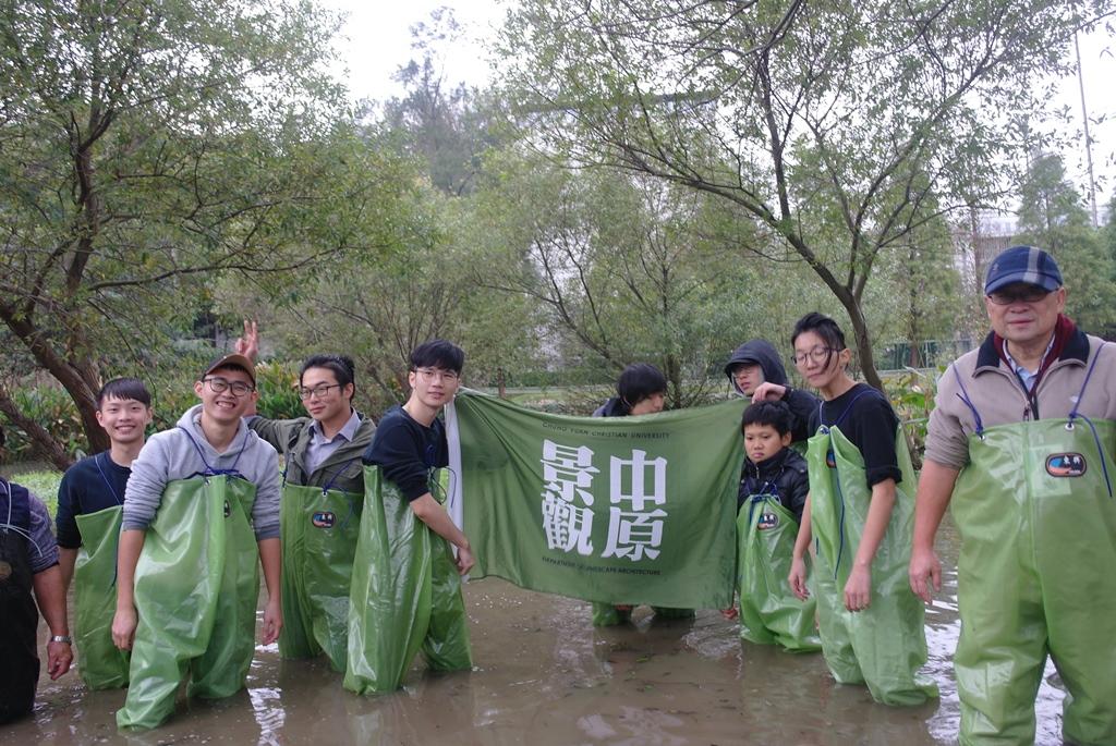 通稿照片01-中原大學景觀系帶著當地學童一起重新改造霄裡國小旁的埤塘成為生態池.JPG