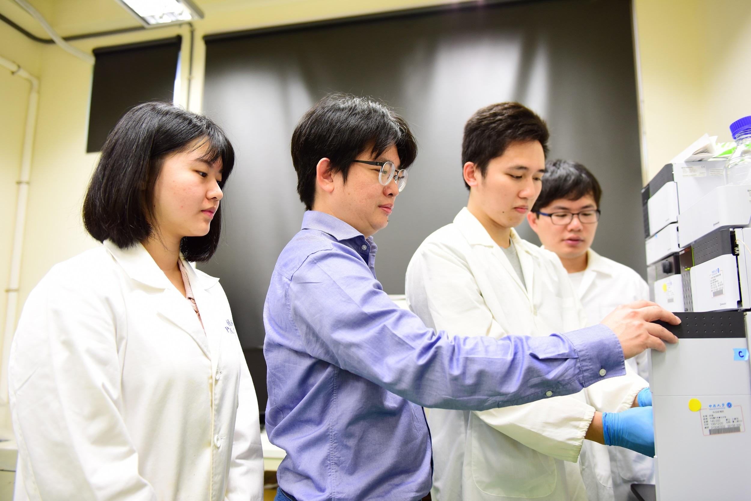 通稿照片-中原大學化工系教授張雍,以獨步全球的「血液淨化科技」研發成果,獲頒2017「傑出亞洲研究員和工程師獎」.jpg