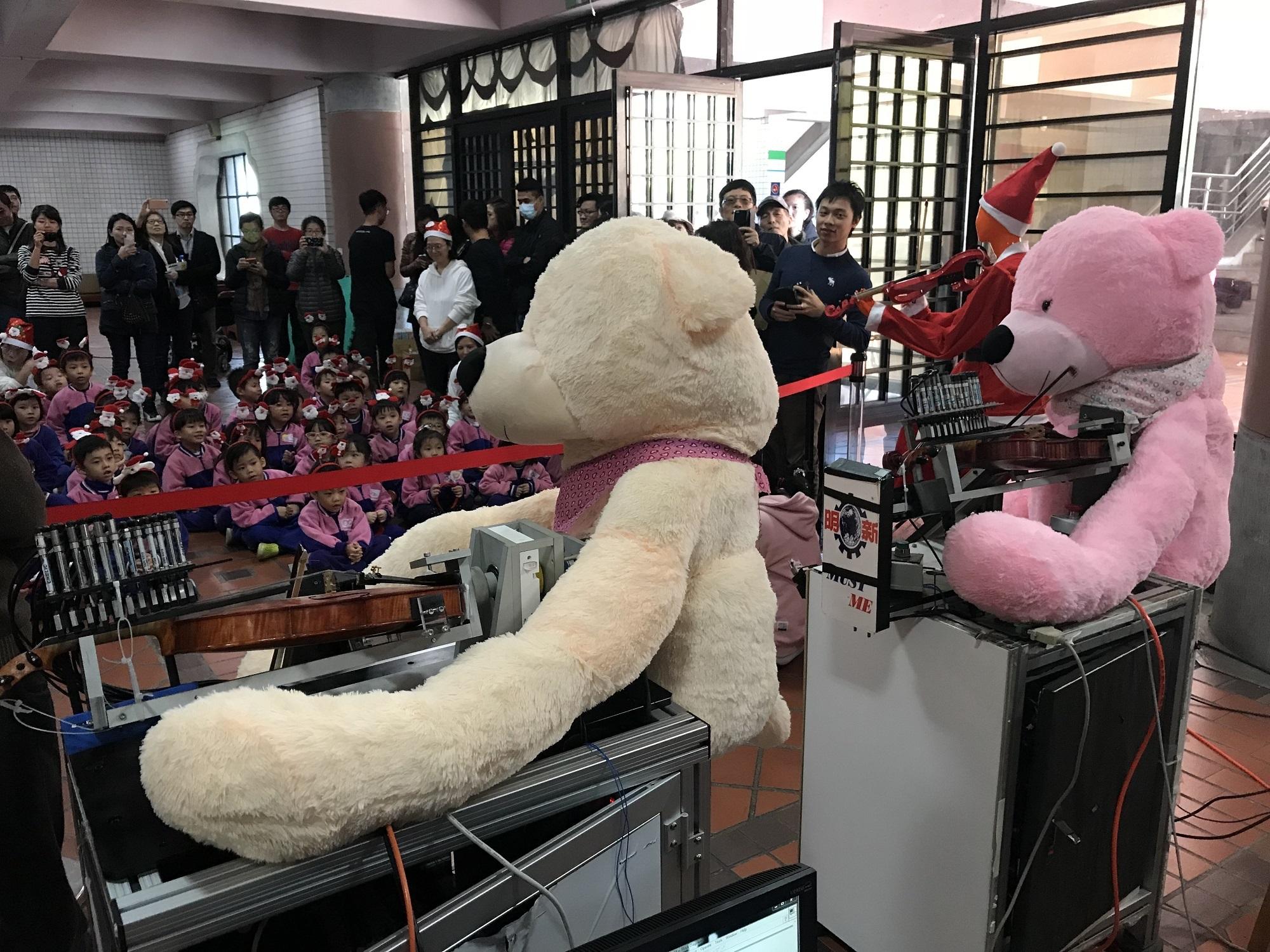 通稿照片-中原「機械人弦樂團」戴上熊的造型,首次搭配節慶特別推出聖誕組曲,送給中原附幼的聖誕驚喜.JPG