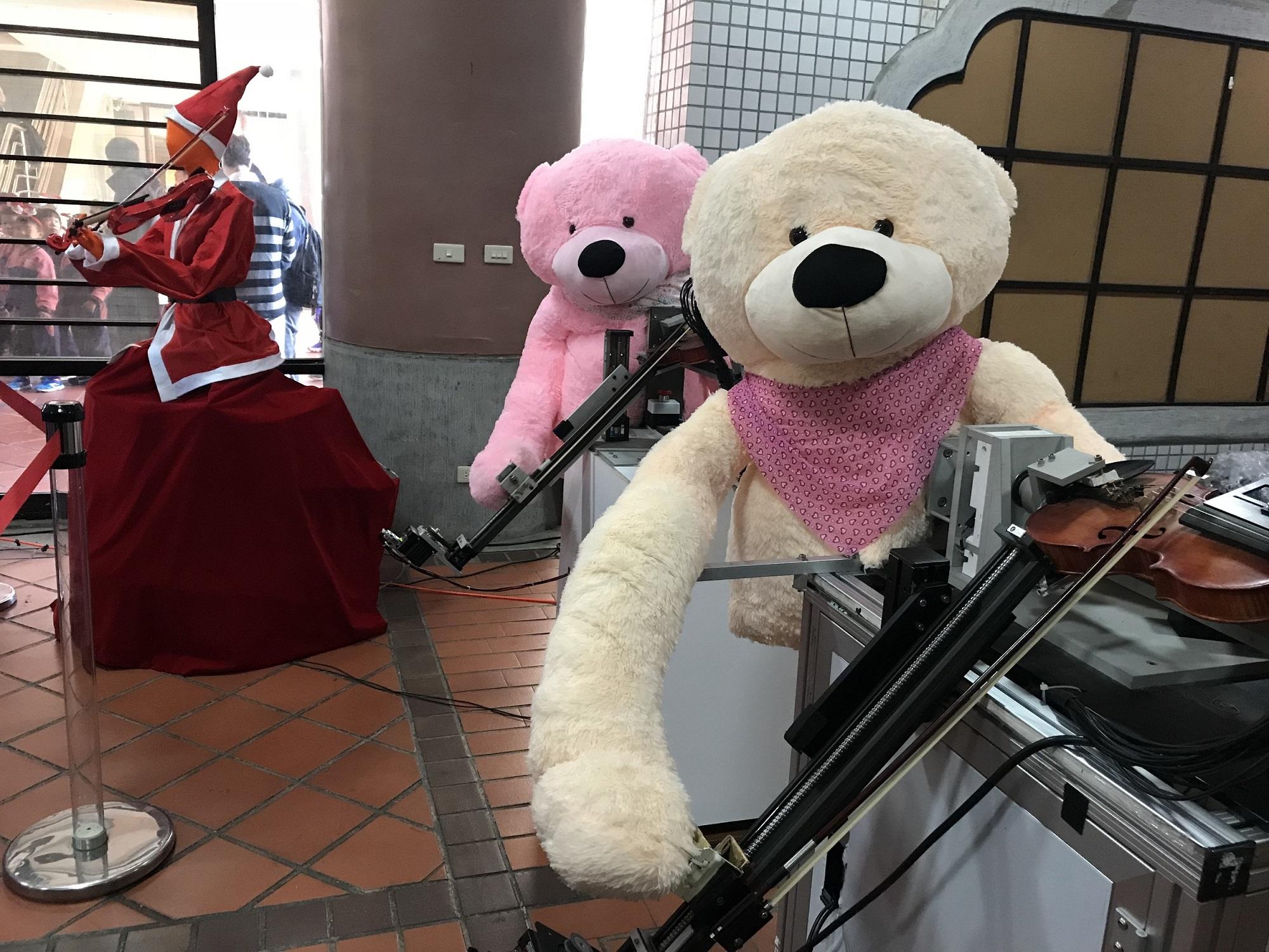 通稿照片-「機械人弦樂團」戴上熊的造型演奏作為送給中原附幼的驚喜.JPG