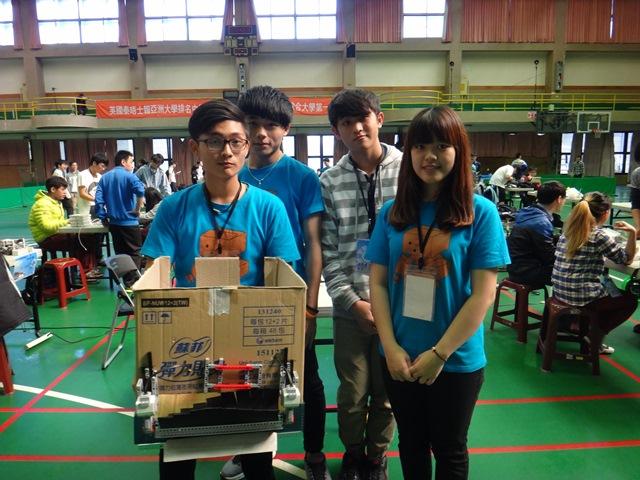 參賽隊伍CYIR-右1中原大學智慧機器人社長王有慈.jpg