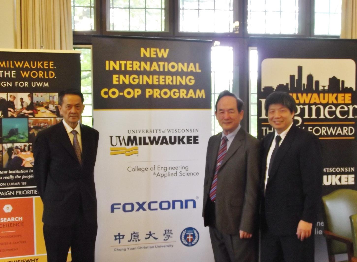 通稿照片-CYCU-UWM-FOXCONN三方簽訂合作意向書,將從2018年秋季開始共同設立國際合作學程.JPG