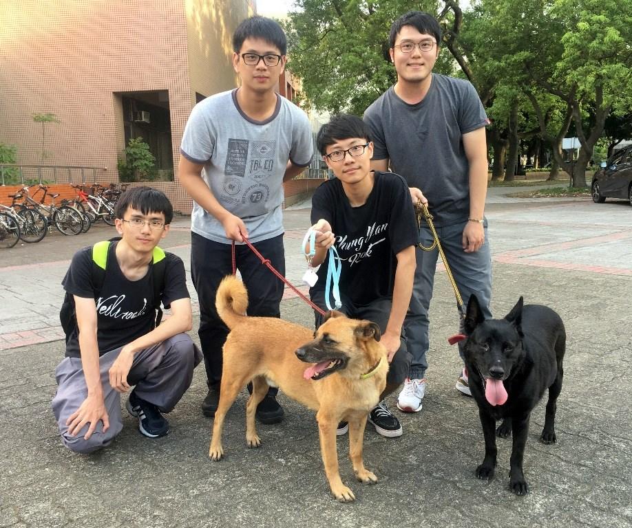 中原電子碩一羅唯辰(左二)設計具有定位功能之項圈,可避免狗走失.JPG